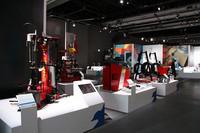 タイヤチェンジャー、ホイールバランサーなどの整備器具類をアートのように展示。イタリア人にしかできない芸当だろう。