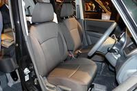 フロントシートはセンターウォークスルー可能。助手席下にはシートアンダーボックスが備わる。