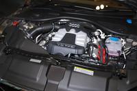 A7スポーツバックが採用するスーパーチャージャー付きの3リッターV6は、「A8」に搭載されるものと同型ながら、最高出力は10ps、最大トルクは2.1kgm高められ、300ps/5250-6500rpmと44.9kgm/2900-4500rpmのパフォーマンス。10・15モード燃費は10.2km/リッターを記録する。