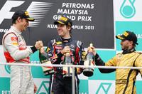 開幕から2戦2勝、セバスチャン・ベッテル(中央)はパーフェクトなシーズンスタートを切っている。タイヤをいたわる走りでジェンソン・バトン(左)が2位、ロケットスタートで上位に食い込んだニック・ハイドフェルド(右)が3位に入った。(Photo=Red Bull Racing)