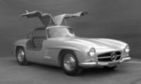 「メルセデス・ベンツ300SLガルヴィング」など50年間で特に印象深かったクルマの中から、よりすぐりのモデルを実車展示。