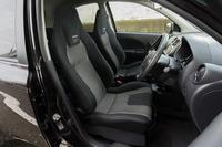 フロントシートには、ホールド性と快適性のバランスを考慮し、「レカロLX-F IM110」を採用している。