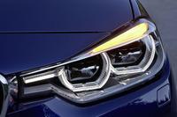 新たにフルLEDヘッドライトが採用された。欧州ではオプションだが、日本では全車に標準装備。ウインカーがライトユニットの端から上部に移動された。