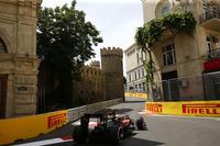 世界遺産に登録される城壁の横を抜けるバクー・シティー・サーキット。エキゾチックな雰囲気と近代的な街並み、さらには道幅7m程度のツイスティーなセクションと最高速360km/hオーバーを記録する全開区間が混在するユニークなコースだ。(Photo=McLaren)