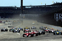 スタートの1コーナーを制したのはバリケロ(写真中央)。2位シューマッハー、3位佐藤琢磨が続いた。佐藤は、9番手から好スタートを決めたフェルナンド・アロンソ(写真一番右)に抜かれ、4位に落ちた。(写真=フェラーリ)
