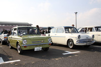 コンクールデレガンスのエントリーの中から、オリジナル・ミニと市場を争った英国製小型車2台。右が1963年「フォード・アングリア・スーパー」、左が67年「ヒルマン・スーパーインプ」。