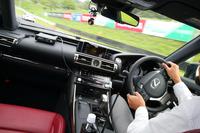 レッスン中の車内の様子。インストゥルメントパネルの各所に見られるのが、走りを分析するための計測器。