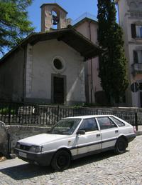 『ポケモンGO』のモンスターよろしく、現実世界の町では興味深いクルマに出会えるものだ。写真はポーランド車「FSOポロネーズ」で、1990年代初頭のプジョー製エンジンが搭載されたモデルだが、その起源は冷戦時代の1972年にさかのぼる。イタリア北部の村で。