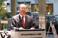 発表会の冒頭であいさつに立つ、ポルシェ ジャパンの黒坂登志明会長。