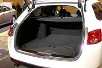 ツアラーの荷室は通常で406リッター、後席を倒すことで660リッターまで広がる。