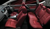 「モード・ロッソ」の特徴である赤と黒のツートンのインテリア。前席の本革シートには、シートヒーターが内蔵される。