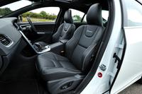表皮が本革とパーフォレーテッド(穴あき)レザーのコンビネーションとなるスポーツシートが標準で装着される。オプションで、ヌバック×テキスタイル×パーフォレーテッドレザも選択できる。