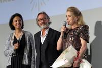 フランス映画祭2017主催のユニフランスのサロメ会長(写真中)とジョルダーノ代表(写真左)、フランス映画祭2017団長として来日した女優のカトリーヌ・ドヌーヴ。