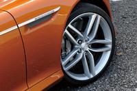 ホイールサイズは前後20インチ。タイヤは「ピレリPゼロ」で、フロント245/35、リア395/30となる。