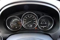 2.2リッターディーゼル搭載車のメーター。回転計のレッドゾーンは5500rpmから。一番右は減速エネルギー回生システム「i-ELOOP(アイ・イーループ)」のインジケーター。