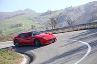フィオラーノサーキット近くのワインディングロードを行く「フェラーリF12tdf」。(写真=フェラーリ)