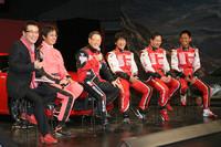 ドライバーたちによるトークショーが発表会を盛り上げた。左から司会の赤坂泰彦氏、多田チーフエンジニア、豊田社長、影山正彦選手、飯田章選手、脇阪寿一選手。