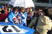「GT-Rスペシャルバトル」の前に行われたグリッドウォークは大盛況。元祖「日本一速い男」こと星野一義監督をはじめ、ドライバーはサインと記念撮影に大忙し。