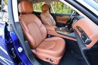 フロントシートのヘッドレストには、マセラティのエンブレムがエンボス加工で施されている。