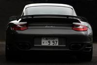 大きなリアウィングが、ノーマル「911」との識別点。マイナーチェンジで、ステンレス製のサイレンサーエンドも大きくなった。
