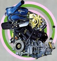この角度からはエンジン形式がわからないが、ロータリーの代わりに登用されたシャンテの水冷2ストローク2 気筒エンジンである。最高出力35ps/6500rpm、最大トルク4.0kgm/5500rpmのスペックはトップクラスだったが、騒音、振動などの点で評判は芳しくなかった。