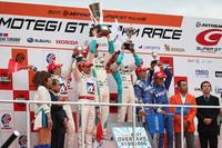 GT500クラスの表彰式。小暮卓史/ロイック・デュバル組のHSV-010は、ホンダのおひざ元での勝利こそ逃したが、2010年のタイトルを手中におさめた。