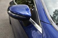 セダンやステーションワゴンとは異なり、サイドミラーはAピラーの付け根ではなく、ドアパネルに備わる。