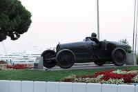 1929年の第1回F1モナコGP優勝者W.ウィリアムスとブガッティをかたどった像。