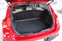荷室の様子。トノボードは、ご覧のようにシートの後ろに立てかけることができる。