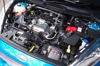 このモデルのキモとなる、1リッター(997cc)3気筒ターボエンジン。低回転域からの豊かなトルクと燃費性能、振動の小ささなどがセリングポイント。