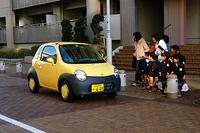 通園バスを待つ子供&お母さん達。ツインのファニースタイルは大注目だった