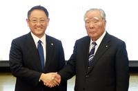 トヨタ自動車の豊田章男社長(左)と、スズキの鈴木 修会長(右)。写真は2016年10月12日の記者会見のもの。