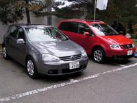 コンパクトカー(というほど小さくないが)の定番、「フォルクスワーゲン・ゴルフ」(左)と、ミニバン「ゴルフトゥーラン」。
