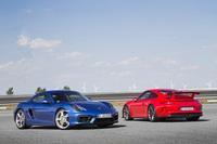 MRのスポーツクーペ「ケイマン」(写真左)と、走行性能を先鋭化させた「911 GT3」。
