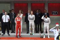 メルセデスのニコ・ロズベルグ(表彰台中央)がモナコGPで3年連続の勝利。今年で73回目となる伝統のレースで3連勝(以上)を飾ったのは、グラハム・ヒル、アラン・プロスト、アイルトン・セナとロズベルグしかいない。2位はフェラーリのセバスチャン・ベッテル(同左)。レース終盤までトップを独走するもチームのミスにより優勝を逃したルイス・ハミルトン(同右)は、ぼうぜん自失の表情で3位の場所に立った。(Photo=Ferrari)