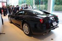 「ニコル・コンペティツィオーネ フェラーリ 横浜アプルーブドカーショールーム」の店内。2台分の展示スペースを有する。