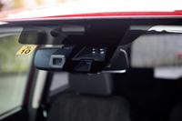 フロントウィンドウの上部には、運転支援システムに用いられる赤外線レーザーやモノラルカメラなどが装備されている。