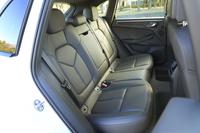後席は3:2:3の3分割可倒式。前席に加え、後席にもオプションでシートヒーターの設定がある。