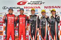 勝利を喜ぶ、「GT-R」のドライバーたち。写真左から、GT500クラスを制した松田次生、ロニー・クインタレッリ、GT300クラスの勝者であるアンドレ・クート、千代勝正、そして第3ドライバー(今回は出走せず)の富田竜一郎。