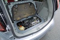 ラゲッジスペース下の吸音機能付きカバー(ファブリック&スチール)をめくるとあらわれる659cc直3ターボは45度傾けてマウントされる。連続可変バルブタイミング「MIVEC」、アルミダイキャスト製シリンダーブロックなどを備えたブランニューユニットで、今後同社の軽自動車に用いられるという。