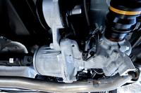 4WDシステムの要となる「電子制御アクティブトルクコントロールカップリングユニット」(写真中央の円筒形のパーツ)はリアデフの直前に配置される。写真は「CX-3」のもの。