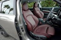 テスト車にはサイドサポートの張り出したオプションのスポーツシートが装備されていた。