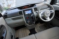 大きな単眼のセンターメーターが特徴的なインパネまわり。前方視界を確保するため、ダッシュボードの上面は平坦なデザインとなっている。