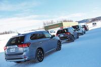 スタート地点の前でコースインを待つ試乗車の列。今回の試乗会は、十勝スピードウェイに用意された特設の雪上コースで行われた。