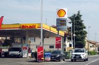 「シェル」のガソリンスタンド。フィレンツェ郊外にて。
