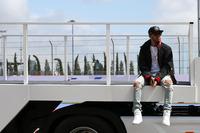 前戦中国GPで起きたパワーユニット「MGU-H」のトラブルが再発し、予選10番手と大きなハンディを背負わされたハミルトン。スタートの混乱を避け最終的に2位でチェッカードフラッグを受けるも表情はすぐれず。不調にあえぐチャンピオンの復活が待たれる。(Photo=Mercedes)