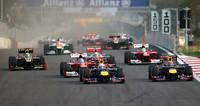 スタートシーン。ポールシッターのウェバー(先頭右側)はホイールスピンが多く出遅れ、代わりに予選2位のベッテル(その左)がトップを奪った。ベッテルの後ろには、4位から3位に上がったアロンソ。(Photo=Red Bull Racing)