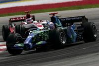 安定しないマシンに手を焼いているホンダ勢。予選でルーベンス・バリケロはTカーにかえて19番手タイム。決勝では再びレースカーに乗り換えピットからスタートし、粘って11位でフィニッシュした。ジェンソン・バトン(写真)は、15番グリッドからスタートした直後にエイドリアン・スーティル(スパイカー)に接触され後退。徐々にポジションを上げながらも12位ゴールがやっとだった。ホンダ復活はヨーロッパラウンドまでおあずけか?(写真=Honda)