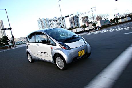 三菱 i MiEV(MR)2009年の発売が期待される三菱自動車の電気自動車「iMiEV」に試乗した。電気自動車ならで...