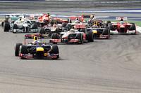 スタートでトップを守ったポールシッターのベッテル(先頭)。2番グリッドのルイス・ハミルトン、3番グリッドのマーク・ウェバーらが続いた。予選6位と健闘したトロロッソのダニエル・リチャルドは出だしでつまずき一気に17位までダウン。(Photo=Red Bull Racing)